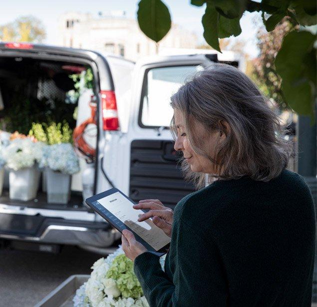 Fleuriste utilisant l'outil de suivi Gestion-info des véhicules OnStar